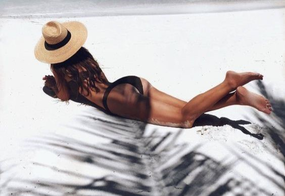 QWO - woman with no cellulite on the beach